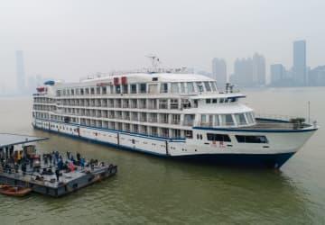 クルーズ船「藍鯨」、武漢の埠頭に到着