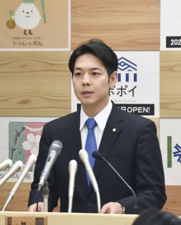 北海道で新たに新型コロナウイルス感染が確認され、記者会見する鈴木直道知事=22日午後5時10分、北海道庁