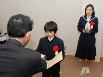 知事賞の表彰を受ける尾崎君(中央)と清板さん(右)