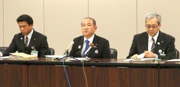 新たな感染者の確認について会見する相模原市の本村賢太郎市長(中央)ら=22日午後7時ごろ、同市役所