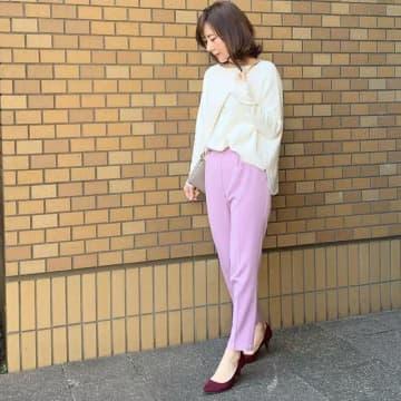 「オフィスの春コーデ」は華やかに♪ カラーパンツで魅せる最旬大人スタイル4選