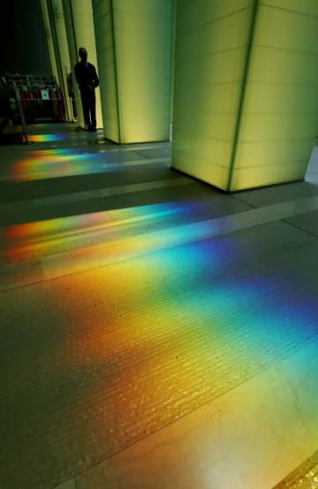 追悼空間を幻想的な雰囲気で包む虹色の光=国立長崎原爆死没者追悼平和祈念館