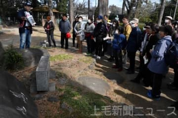 温泉マークの歴史や由来などを紹介する桜井部長(左)