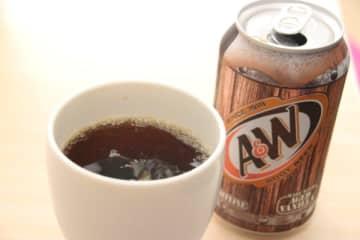 「湿布のニオイがする」と話題のルートビア 飲んでみて「マジか…」 沖縄で発売されている、炭酸ドリンク... 画像