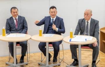 座談会でそれぞれに意見を述べた(左から)長谷川菊雄監督、仲井宗基監督、品田郁夫監督=22日、デーリー東北ホール