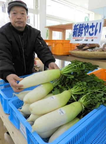 開店する農産物直売レストランで販売される地元産の野菜。住民たちが地域活性化を目指す(京都府亀岡市畑野町)
