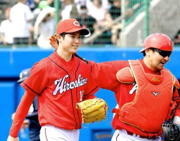 3回を投げ終え、会沢(右)のねぎらいを受けながらベンチに戻る森下(撮影・高部洋祐)