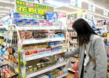 本格的な花粉シーズンに向けマスクの代替品が並ぶ花粉症コーナー=福島市・ハシドラッグ北店