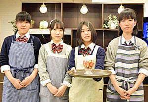 パフェを考案した(左から)三浦さん、村上さん、菅野さん、椎根さん
