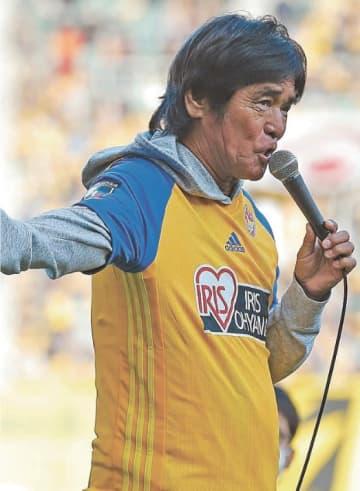 名古屋戦のハーフタイムに熱唱する松崎さん