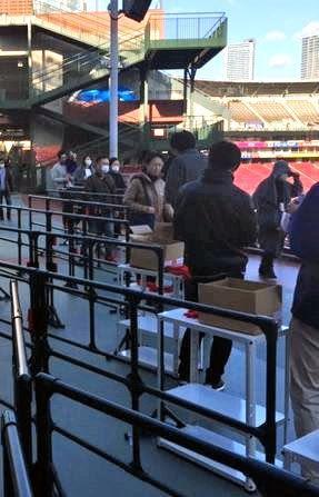 入場券購入抽選券配布に詰めかけた広島ファン