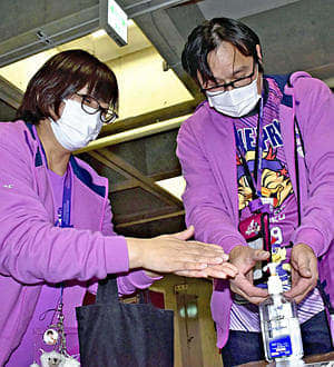 会場に設けられた消毒液で手指を消毒するブースター