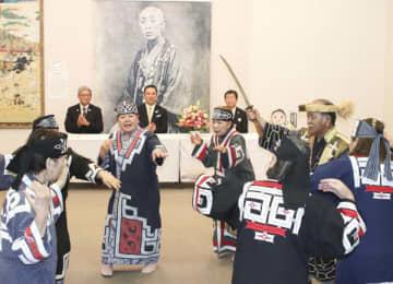 【アイヌ古式舞踊を見る鈴木知事(後方中央)ら=松阪市小野江町の松浦武四郎記念館で】