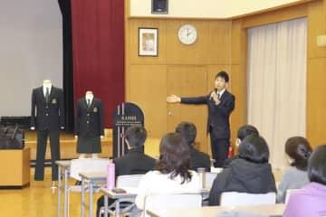 【新しい制服を紹介する担当の教諭=四日市市追分の海星中学校・高校で】