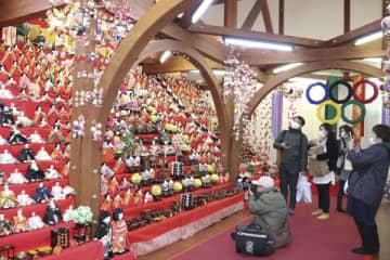 【およそ800体の人形が並ぶ「大ひな段」を楽しむ人ら=いなべ市北勢町阿下喜のウッドヘッド三重で】