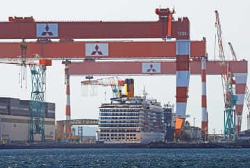 修繕のためドック入りした大型クルーズ船「コスタ・アトランチカ」=三菱重工長崎造船所香焼工場