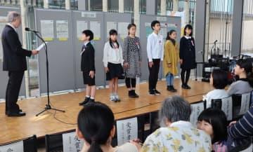 優秀賞で表彰される6人の児童=長崎市、県美術館