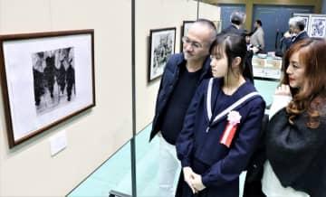 中学生の部でセミナリヨ大賞に輝いた田中さん(中央)と受賞を喜ぶ両親=南島原市、ありえコレジヨホール