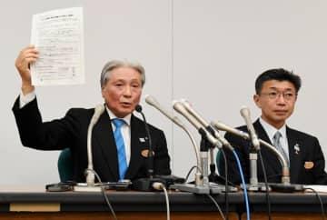 会見する福田知事(左)と森沢保健福祉部長=22日午後10時5分、県