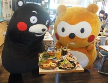 10周年記念のコラボカフェで提供する料理をPRするくまモンとポンタ=21日、東京・原宿