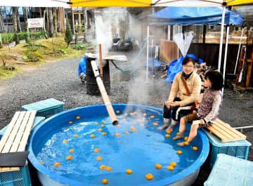 ジャバラを浮かべた足湯を楽しむ親子