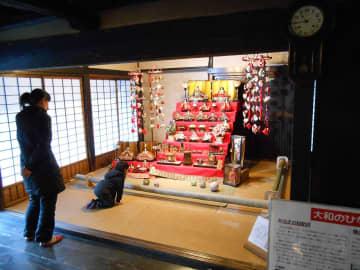 郷土民家園で展示している豪華なひな飾り=大和市上草柳