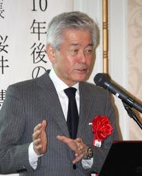 獺祭が世界的ブランドに成長した理由を語る桜井会長=姫路市下寺町