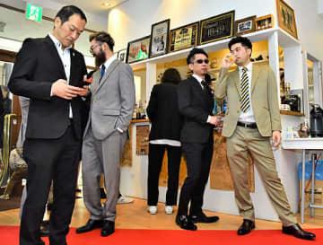 スーツに身を包み、お酒を楽しむ参加者ら=22日、鳥取市栄町のギャラリーそら