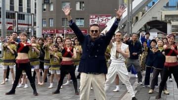 監修した千葉真一さん(中央)が参加して開かれた千葉市オリジナル「100年ダンス」の公開撮影イベント=22日、千葉市中央区の中央公園