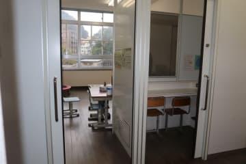 教室には保護者が授業の様子を見られる観察室(右側)もある