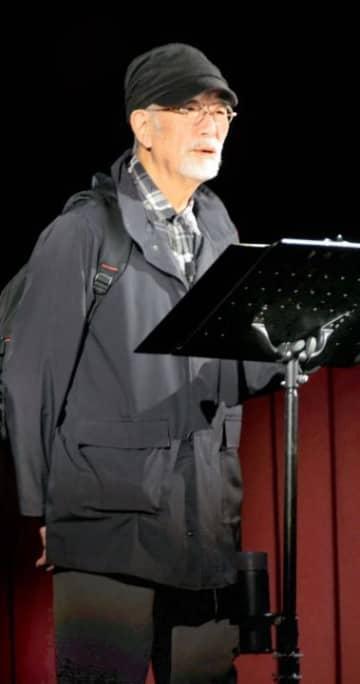 朗読劇「線量計が鳴る」を披露する中村敦夫さん=22日午後、今治市大西町宮脇