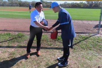 レイズキャンプ地を訪問した岩村氏と握手を交わす筒香【写真:木崎英夫】