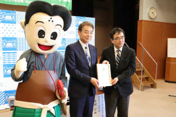ウッドスタート宣言書に調印した友田市長(中央)と東京おもちゃ美術館の多田館長(右)=松浦市生涯学習センター