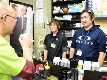 常連客と談笑する金さん(右)と川村さん(中央)