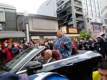 奈良で凱旋パレードしオープンカーに乗り沿道の声援に応える徳勝龍
