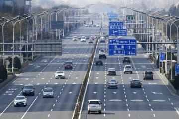 普段より車両の通行量が少ない北京中心部の目抜き通り「長安街」=23日(共同)