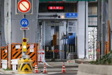 事務員の新型コロナウイルス感染が確認された影響で、閉鎖された名古屋高速烏森料金所=23日午後、名古屋市