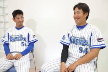 DeNA・濱矢廣大(左)と笠井崇正【写真:津高良和】