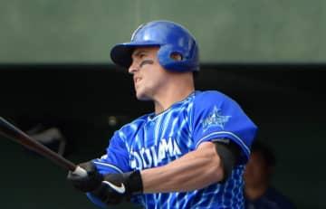 【中日-横浜DeNA】1回表無死一塁。オースティンが中越え二塁打を放つ=北谷公園野球場