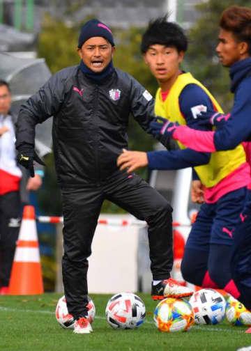 セレッソ大阪U―23の選手を指導する大谷武文コーチ=22日、宮崎市・国際海浜エントランスプラザ