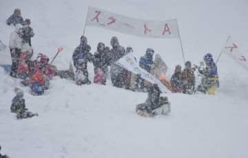 雪が降る中で懸命にゴールを目指す参加者