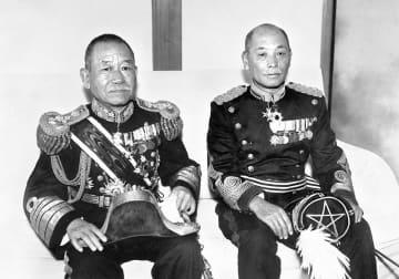 二・二六事件で岡田啓介首相(左)と間違われて射殺された松尾伝蔵大佐(右)。松尾大佐は身辺警護を含めて首相の秘書を務めていた=1934(昭和9)年7月
