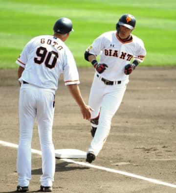 1回、先頭打者弾を放ち三塁で後藤コーチ(左)に祝福される亀井(撮影・高石航平)