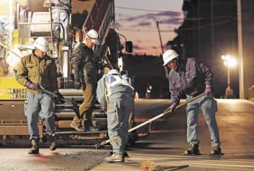 <勤勉>気仙沼市朝日町の復興道路工事に取り組むアルフィ・アンさん(26)=右=とプリマンダ・ディマス・ウィリアルダさん(20)=左=。「日本のしっかりとした仕事の進め方も学びたい」とディマスさん