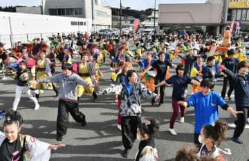 出演者が総出で披露したよさこい演舞=23日午前9時10分、大田原市中央1丁目