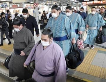 新型コロナウイルスの感染拡大が懸念される中、マスク姿で続々と大阪入りした力士たち=23日、大阪市淀川区のJR新大阪駅