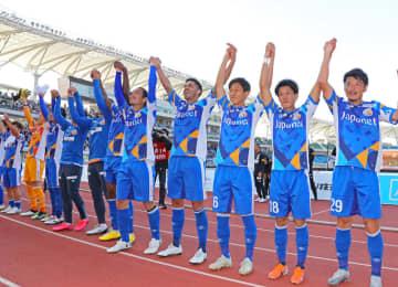 試合終了後、サポーターとともに喜ぶV長崎の選手=諫早市、トランスコスモススタジアム長崎