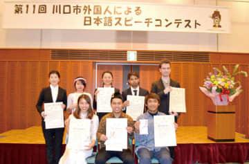 外国人スピーチコンテストに出場した人たち。前列左から銅賞のディンさん、金賞のファジャルさん、銀賞のワヤンさん=16日、川口市