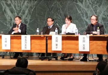 核兵器禁止条約について語った川崎氏(左)ら登壇者=長崎市平野町、長崎原爆資料館