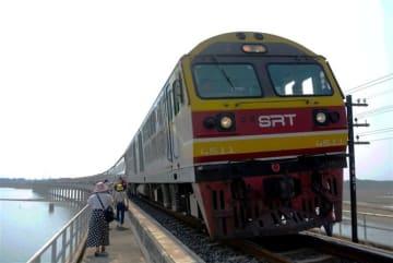 ひまわり列車(タイ) ブルトレ発見!ダム湖畔へ